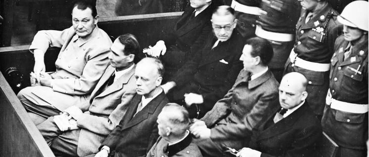 Angeklagte im Hauptkriegsverbrecherprozess (siehe Seite 10) (1. Reihe v. l.n.r.: Göring. Heß, von Ribbentrop, Keitel; 2. Reihe: Dönitz, Raeder, von Schirach, Sauckel. (Foto: U.S. Army /wikimedia.org/public domain)
