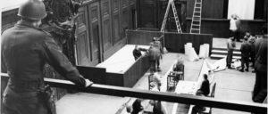 Arbeiten im Gerichtssaal im Justizpalast in Nürnberg (Foto: U.S. Army /wikimedia.org/public domain)