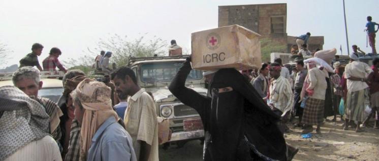 Im Jemen wird die Infrastruktur zerstört, deshalb braucht es Hilfsprogramme: Verteilung von dringend benötigten Gütern an die Bevölkerung in der Stadt Taiz (8.3.2017) (Foto: Farid Al-Homaid /IKRK)
