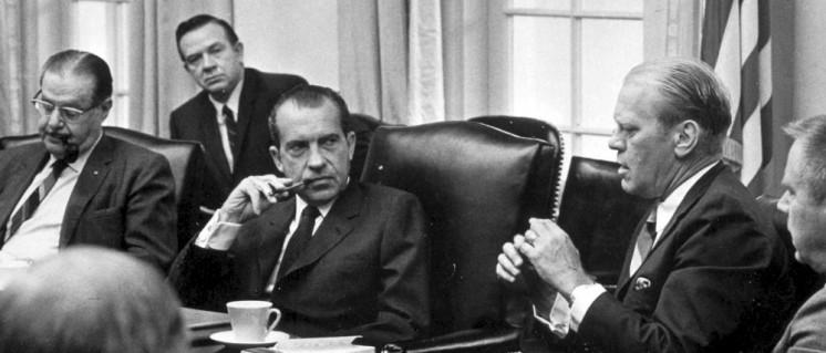 Präsident Richard M. Nixon mit dem Führer der Minderheit im Senat, Hugh Scott, dem Führer der Minderheit im Repräsentantenhaus, Gerald R. Ford, und dem Abgeordneten John Rhodes im Kabinettraum des Weißen Hauses in Washington. (Foto: Foto: Gerald R. Ford Presidential Library/gemeinfrei)