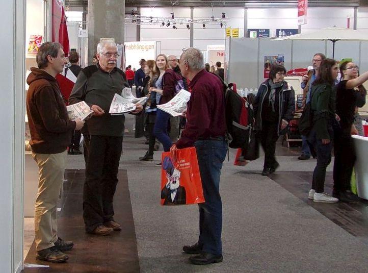 Kontakt aufnehmen zu höheren Zwecken: Gustl Ballin (links Mitte) im Gespräch.