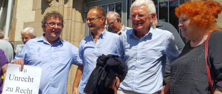 Freigesprochen, weiter kämpfen: Der DKP-Vorsitzende Patrik Köbele, Michael Gerber, Anwalt Herbert Lederer und DKP-Ratsfrau Irmgard Bobrzik (v.l.n.r.) vor dem Amtsgericht Bottrop  (Foto: Melina Deymann)