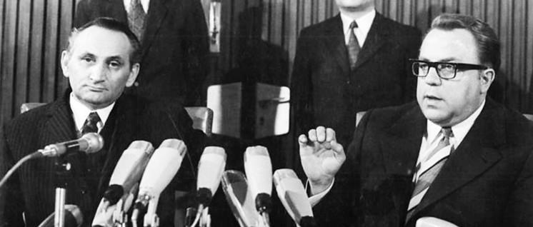 26.4.1972, Berlin: Die Leiter der Verhandlungsdelegationen, der DDR-Staatssekretär Dr. Michael Kohl (r.) und Egon Bahr nach dem erfolgreichen Abschluss ihrer Verhandlungen über einen Verkehrs-Vertrag zwischen der DDR und der BRD (Foto: Bundesarchiv, Bild 183-L0426–0044/Link, Hubert/CC-BY-SA)