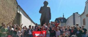 Gruppenbild mit Marx: Am Sonntag vor dem neuen Denkmal (Foto: Foto:  O. Wagner)