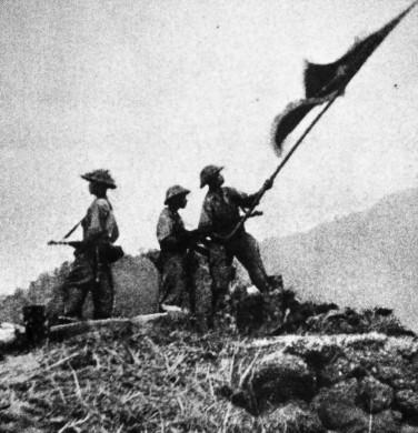 Soldaten der vietnamesischen Befreiungsstreitkräfte hissen ihre Fahne in Dien Bien Phu (7.Mai 1954)