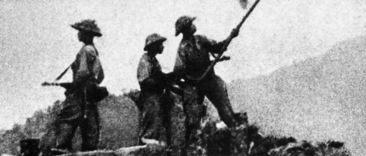 Soldaten der vietnamesischen Befreiungsstreitkräfte hissen ihre Fahne in Dien Bien Phu (7.Mai 1954) (Foto: Foto: unbekannt/vor 1960 veröffentlicht/public domain in Vietnam)