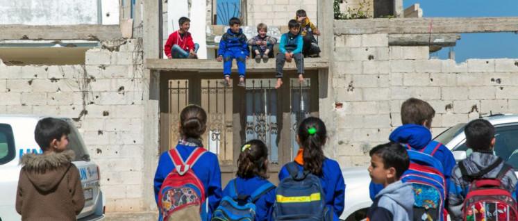Trotz Störmanövern der US-Armee kehren viele Flüchtlinge nach Syrien zurück und bauen ihr normales Leben wieder auf. Hier Schüler der Al-Shuhada-Schule in Suran am 6. März. (Foto: © UNHCR/Andrew McConnell )