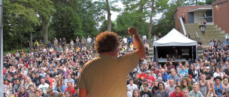 Zusammen, was zusammen gehört: Der DKP-Vorsitzende Patrik Köbele spricht beim Camptreffen. (Foto: Tom Brenner)