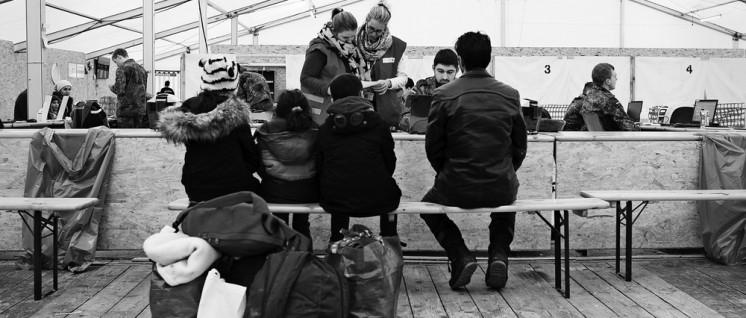 Schon jetzt kann der Verfassungsschutz auf sensible Daten von Flüchtlingen zugreifen: Registrierung von Flüchtlingen auf dem Fliegerhorst Erding im Januar. (Foto: Bundeswehr/Tom Twardy)
