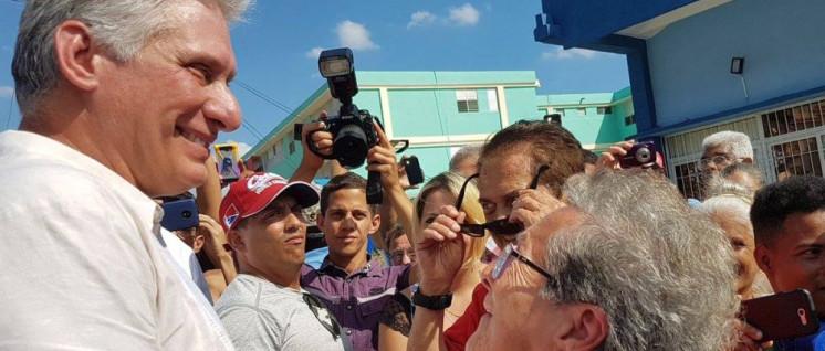 Der kubanische Präsident Miguel Díaz Canel im Gespräch auf dem Weg ins Wahllokal (Foto: Prensa Latina)