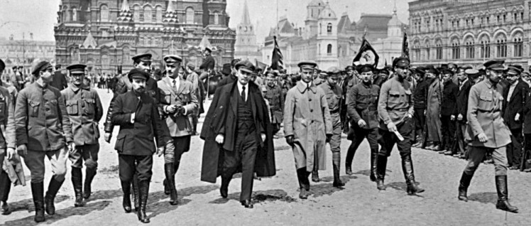 Noch musste sich die Sowjetmacht gegen Interventen und Weiße verteidigen: Lenin mit einer Gruppe von Kommandeuren auf einer Parade in Moskau, Roter Platz (25.Mai 1919). (Foto: public domain)