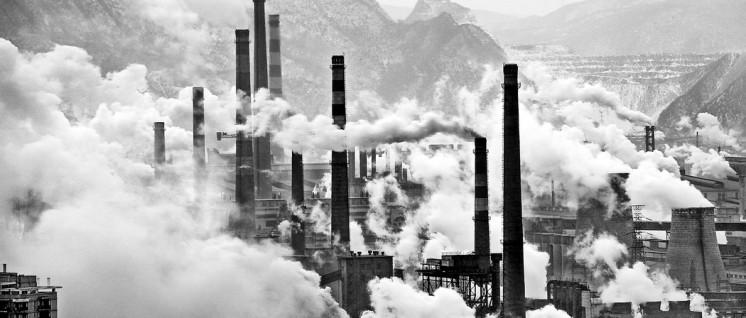 """""""Hauptsache, der Schornstein raucht"""" – dieses Rezept funktioniert nicht mehr. Stahlwerk im nordostchinesichen Benxi. (Foto: Andreas Habich/wikimedia.org/File:Benxi_Steel_Industries.jpg/CC BY-SA 3.0)"""