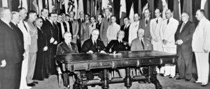 """Am 1. Januar 1942 trafen sich Vertreter von 26 Nationen, die gegen die """"Achsenmächte"""" kämpften. Sie unterzeichneten eine """"Declaration by United Nations"""" zum Kampf gegen den Faschismus. (Foto: UN Photo)"""