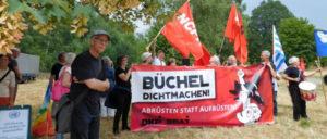 Juli 2018: Büchel dichtgemacht. DKP, SDAJ und die Kommunistischen Parteien Luxemburgs, der Niederlande und Belgiens blockieren den Fliegerhorst Büchel. (Foto: Peter Neuhaus)