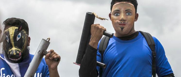 Maskierte bei Gewaltexzessen gegen die Regierung im Sommer 2018. Einer der Beteiligten starb jetzt bei einer Gefängnis-Meuterei. (Foto: [url=https://www.flickr.com/photos/mejiaperalta/42671989934]Jorge Mejía peralta[/url])