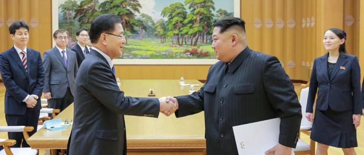 Kim Jong-un nimmt einen Brief von Südkoreas Präsident Moon Jae-in zu weiteren Friedensgesprächen in Empfang (Foto: Blue House (Republic of Korea))