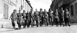 Der erste direkte Kontakt zwischen den bereits auf deutschen Boden kämpfenden Armeen der UdSSR und der USA fand am 25. April 1945 bei Torgau an der Elbe statt. Unser Foto entstand einen Tag später und zeigt GIs und sowjetische Soldaten in Torgau.