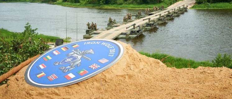 """NATO-Truppen üben Flussüberquerung im Rahmen des Manövers """"Iron Wolf 2017"""" in Litauen (Foto: NATO)"""