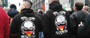 """Erwa 3 000 Pegidisten, Nazis, Hooligans, """"Reichsbürger"""" und Verschwörungstheoretiker konnten am vergangenen Sonnabend fast ungehindert und geschützt durch die Polizei in Berlin demonstrieren.  (Foto: Carmela Negrete)"""