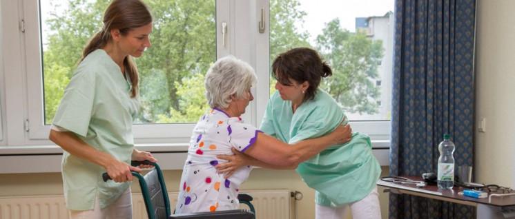 Von den Arbeitsbedingungen in der Pflege sind überwiegnd Frauen betroffen. (Foto: AOK-Mediendienst)