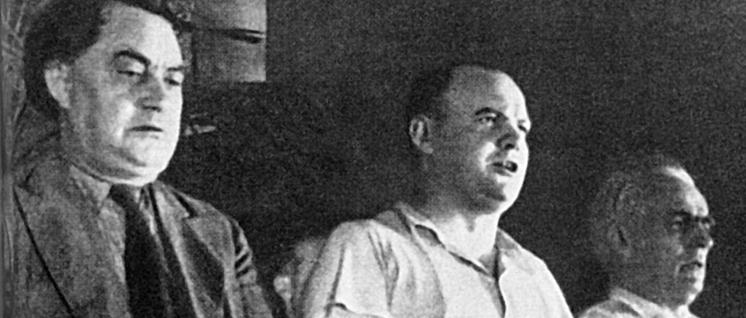 Georgi Dimitroff, Maurice Thorez und Wilhelm Pieck im Präsidium des VII. Weltkongresses der Kommunistischen Internationale, Juli/August 1935 (Foto: UZ-Archiv)