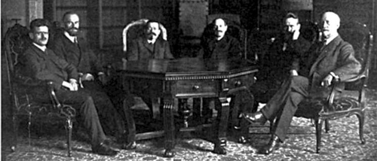 Der Rat der Volksbeauftragten, v.l.n.r. Emil Barth (USPD), Otto Landsberg (SPD), Friedrich Ebert (SPD), Hugo Haase (USPD), Wilhelm Dittmann (USPD), Philipp Scheidemann (SPD) (Dezember 1918) (Foto: public domain)
