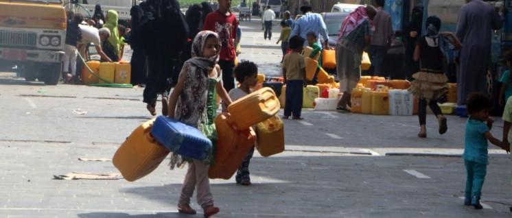 Die Wasserversorgung ist eines der größten Probleme im zerbombten Jemen: Ein Lieferwagen bringt Wasser, das in Kanister abgefüllt wird, in die Stadt Taizz. (Foto: ICRC access all)