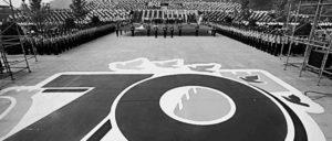 Gedenken im ganzen Land: 40 000 Menschen, unter ihnen Veteranen des antijapanischen Krieges, feierten am 30.August in Zhengzhou (Henan) den 70. Jahrestag des Sieges über Japan. Im Vordergrund: Das offizielle Logo des diesjährigen Gedenkens. (Foto: Xinhua/Wang Yiliang)