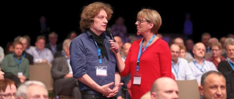 Unser Autor Rainer Perschewski bei seinem Diskussionsbeitrag auf der Eröffnungsveranstaltung des Gewerkschaftstages (Foto: EVG)