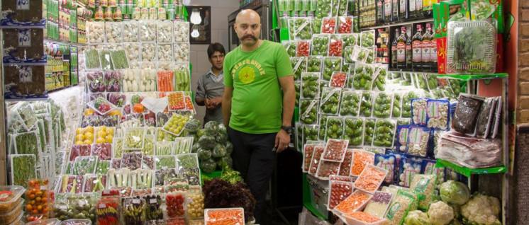 Aufgrund der US-Sanktionen steigen die Preise im Iran. Nahrungsmittel sind zwar offiziell von den Sanktionen ausgenommen, doch Banken weigern sich aus Angst vor US-Sanktionen, selbst notwendige Transaktionen zum Import medizinischer Güter durchzuführen. (Foto: [url=https://www.flickr.com/photos/kamshots/20911010661/in/photostream/]Kamyar Adl[/url])