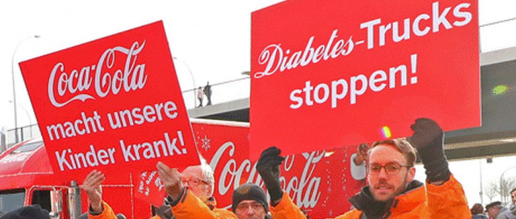 Protestaktion vor einer Coca-Cola-Fabrik (Foto: foodwatch.org)