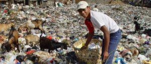Für Milliarden bleibt ein Leben im Dreck: Müllsucher Jakarta (Foto: Jonathan McIntosh, Wikipedia, CC BY 2.0)