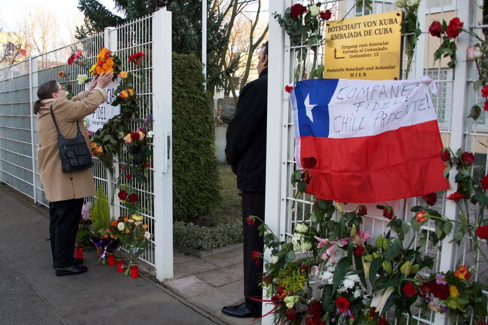 Würdigung Fidels an der Kubanischen Botschaft in Berlin