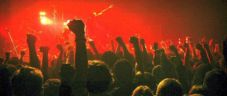 "Gegen den Kapitalismus ansingen und Faust recken: Publikum beim ""Rise Against""-Konzert. (Foto: [url=https://www.flickr.com/photos/dancox_/3051597861] Dan Cox/flickr[/url])"