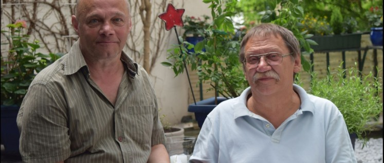 Frank Braun (links) und Matthias Wietzer zeigen sich zufrieden nach erfolgreichem Abschluss des Sammelns der erforderlichen Unterschriften. (Foto: DKP Hannover)