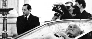 Ein Putschist und US-Vertrauter ehrt Franco: Pinochets Pressechef, Federico Willoughby, am Sarg Francos in Madrid, November 1975. Willoughby-MacDonald hatte sich seine Qualifikation als Mitarbeiter Pinochets unter anderem als ehemaliger Geschäftsführer der Abteilung Public Relations der Ford Motor Company in Chile erworben. Während der Vorbereitung des Putsches vom 11. September 1973 gegen die Regierung der Unidad Popular unterhielt er ebenfalls enge Kontakte zur USA-Botschaft ... (Foto: Deymian40/wikimedia.org/CC BY-SA 3.0)