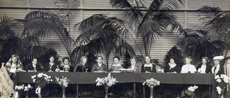 Im April 1915 kamen über 1000 Frauen aus 13 Staaten Europas sowie den USA und Kanada in Den Haag zusammen, um dem nationalistischen Kriegswahn die internationale Frauensolidarität entgegenzustellen. 5. v. l. die deutsche Frauenrechtlerin Anita Augspurg.