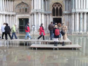 Venedig,: Der Markusplatz unter Wasser. Der rege Verkehr der Ozeanriesen führt zu weiteren Umweltschäden.