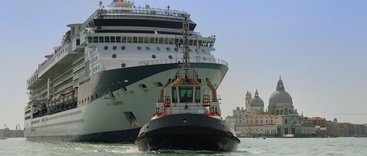Kreuzfahrtschiff Celebrity Summit am Haken des Schleppschiffes Vanna C beim Verlassen Venedigs. Im Hintergrund die Basilika Santa Maria della Salute (Mai 2009). (Foto: Peter Haas / wikimedia.com / CC-BY-SA-3.0)