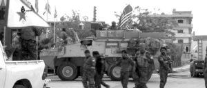 """""""Regime Change"""" und Autonomie: US-Truppen und kurdische Streitkräfte in Al-Hasakah. Nach Abzug der US-Truppen und vor dem drohenden Angriff der türkischen Armee ist die Kooperation von kurdischen Streitkräften und syrischer Armee nötig. (Foto: [url=https://en.wikipedia.org/wiki/People%27s_Protection_Units#/media/File:YPG_and_US_army_Hassaka_1-5-2017.jpg]Qasioun News Agency / Wikimedia Commons[/url])"""