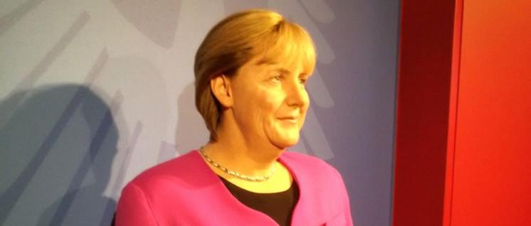 Symbol einer vergehenden Zeit: die Merkel-Raute, hier in Wachs bei Madame Tussauds'. (Foto: [url=https://commons.wikimedia.org/wiki/File:Madame_Tussauds_Amsterdam_-_Angela_Merkel.jpg?uselang=de]Busspotter[/url])