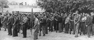 Mitglieder der XV. Internationalen Brigade werden im Oktober 1938 während der Schlacht am Ebro auf dem Fußballplatz von Marçà verabschiedet. (Foto: gemeinfrei)