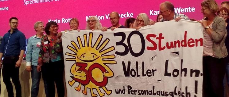 Die Forderung nach einer 30-Stunden-Woche bei vollem Lohn- und Personalausgleich wurde von einigen Delegierten auch auf die Bühne getragen. (Foto: Herbert Schedlbauer)