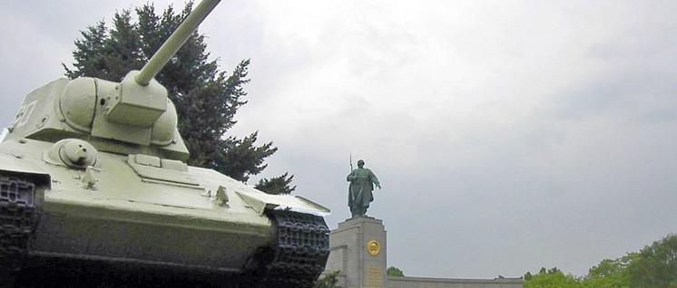 21 Monate Frieden erkauft – und die Waffen produziert, die den Sieg über die Faschisten möglich machten: Panzer T-34/76 vor dem Sowjetischen Ehrenmal im Berliner Tiergarten. Die Fertigung des T-34 begann 1940.