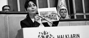 """Ein """"Zustand der Rechtlosigkeit"""" in den kurdischen Gebieten: die HDP-Kovorsitzende Figen Yüksekdag bei einer Fraktionssitzung ihrer Partei.  (Foto: HDP)"""