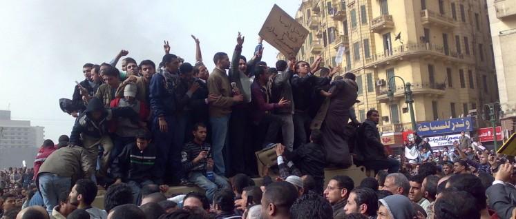 Demonstranten, die am 29. Januar 2011 auf einem Armee-Lastwagen in der Innenstadt von Kairo stehen. (Foto: [url=https://de.wikipedia.org/wiki/Arabischer_Fr%C3%BChling#/media/File:Demonstrators_on_Army_Truck_in_Tahrir_Square,_Cairo.jpg]Ramy Raoof[/url])