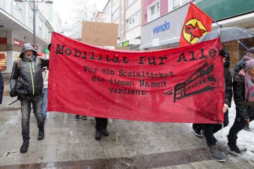"""Am vergangenen Samstag fand die erste Demo für den Erhalt und den Ausbau des Sozialtickets für NRW statt. Über 250 Menschen versammelten sich unter dem Motto """"Für ein bezahlbares Sozialticket"""" in Wuppertal."""