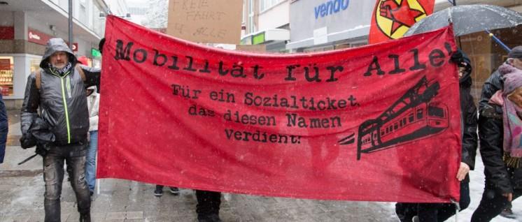 """Am vergangenen Samstag fand die erste Demo für den Erhalt und den Ausbau des Sozialtickets für NRW statt. Über 250 Menschen versammelten sich unter dem Motto """"Für ein bezahlbares Sozialticket"""" in Wuppertal. (Foto: redpicture)"""