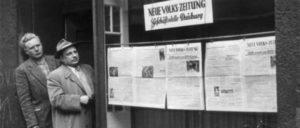 """An seinem 27. Geburtstag wurde Erich Schreier (links im Bild), Leiter der Lokalredaktion der """"Neuen Volkszeitung"""" in Duisburg, verhaftet. Das Foto zeigt ihn vor seiner Redaktion mit dem KPD-Stadtrat Anton Gebler."""