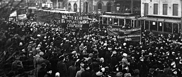 Demonstration auf dem Newski-Prospekt.  (Foto: unbekannt; photo retake by George Shuklin/ State museum of political history of Russia/ gemeinfrei)